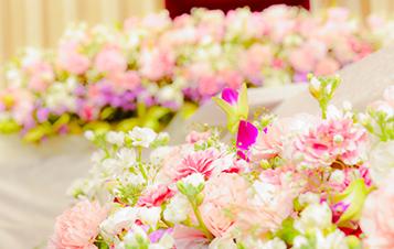 その方らしいご葬儀を演出するお花のコーディネートに、お好きだったお花や色、季節のお花やお誕生花など、贈る方の想いを心を込めてかたちにし、お飾りさせていただきます。