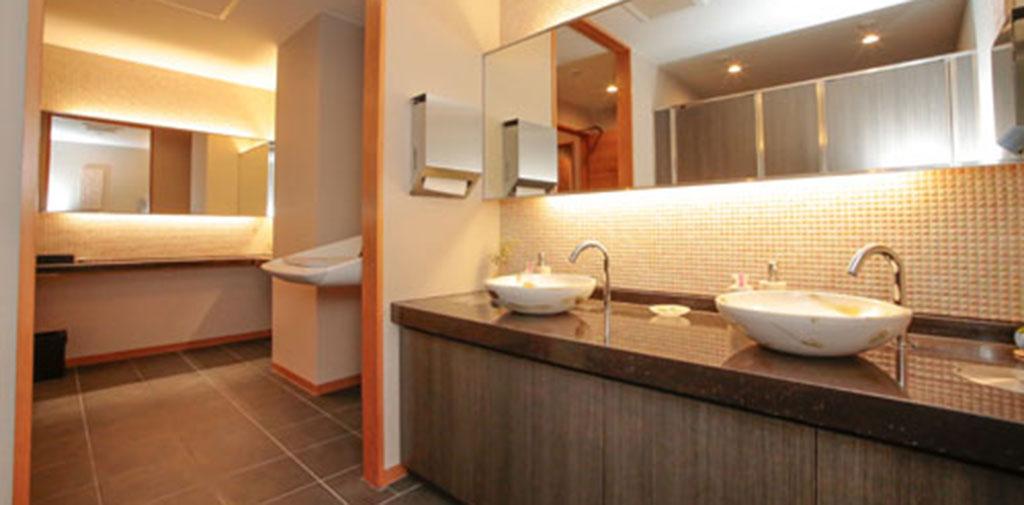 お手洗いはおむつ交換台、パウダールームも完備