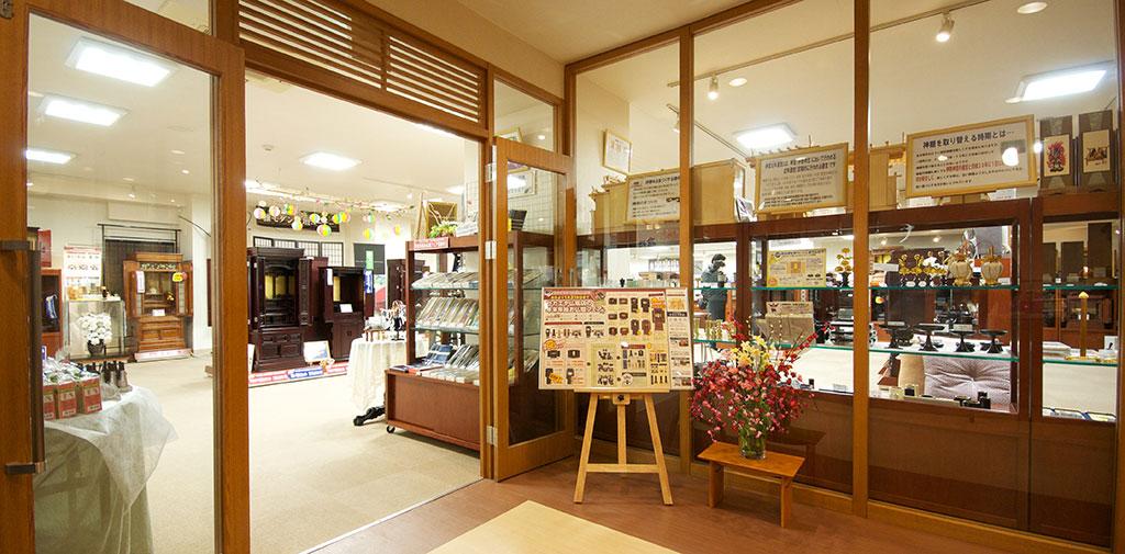 1階はサン・ライフ直営の「サカエヤ仏壇店」なので、ご葬儀後のご相談もお任せください。