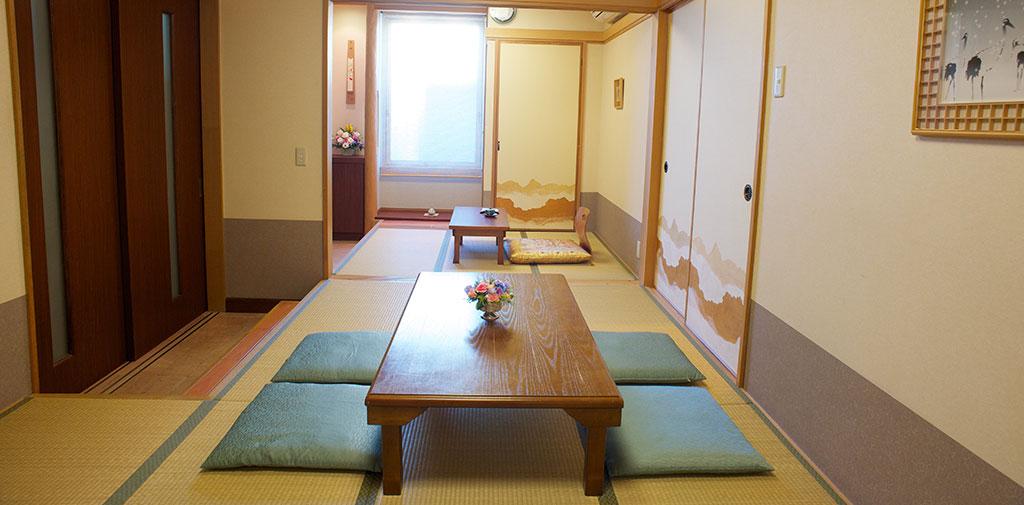 和室の親族控室は浴室も完備しております。