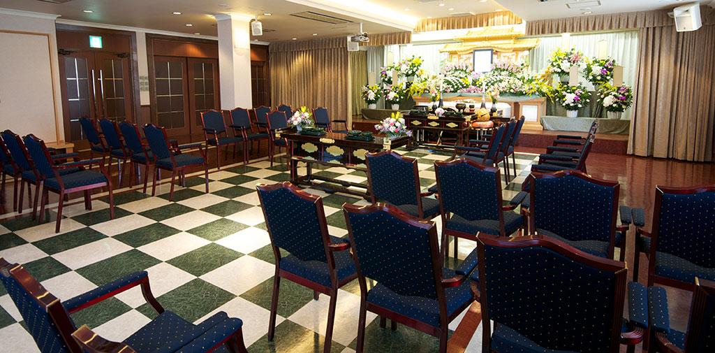 2階は自然な光の入る落ち着いた式場、家族葬から一般葬まで幅広く対応。