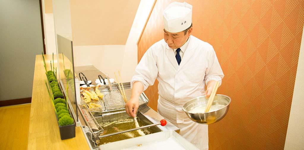 ライブキッチンで揚げる天ぷらは熱々の状態でお持ちします。