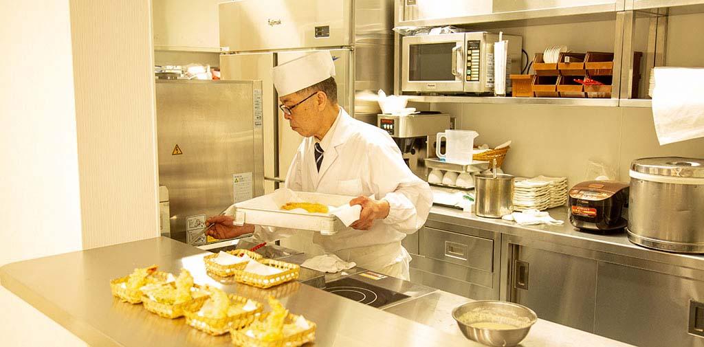 揚げたての天ぷらはお客様から好評をいただいています。