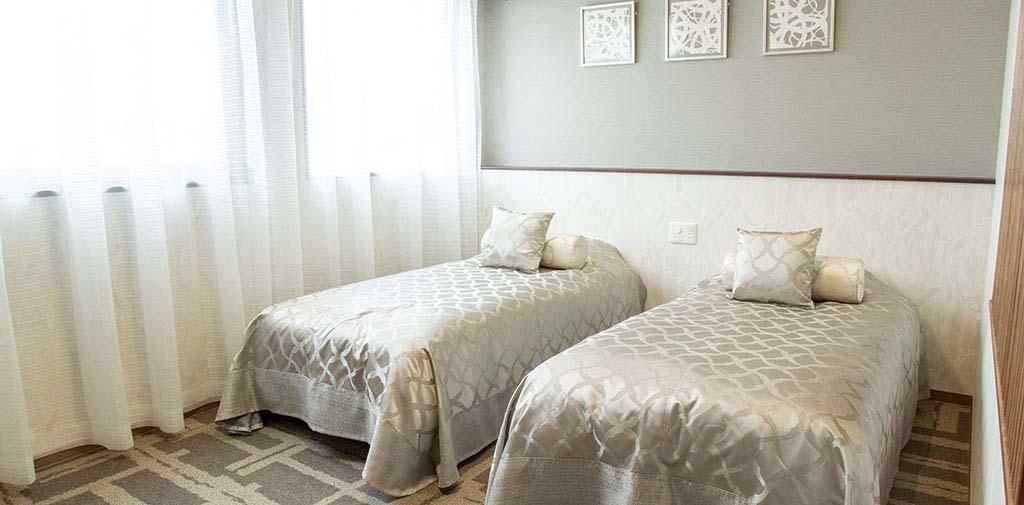 控室にはベッドも完備し、夜間のお付き添いも安心です。<br />