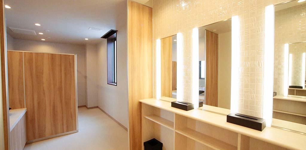 女性トイレはお化粧直しもしやすい専用スペースをご用意。