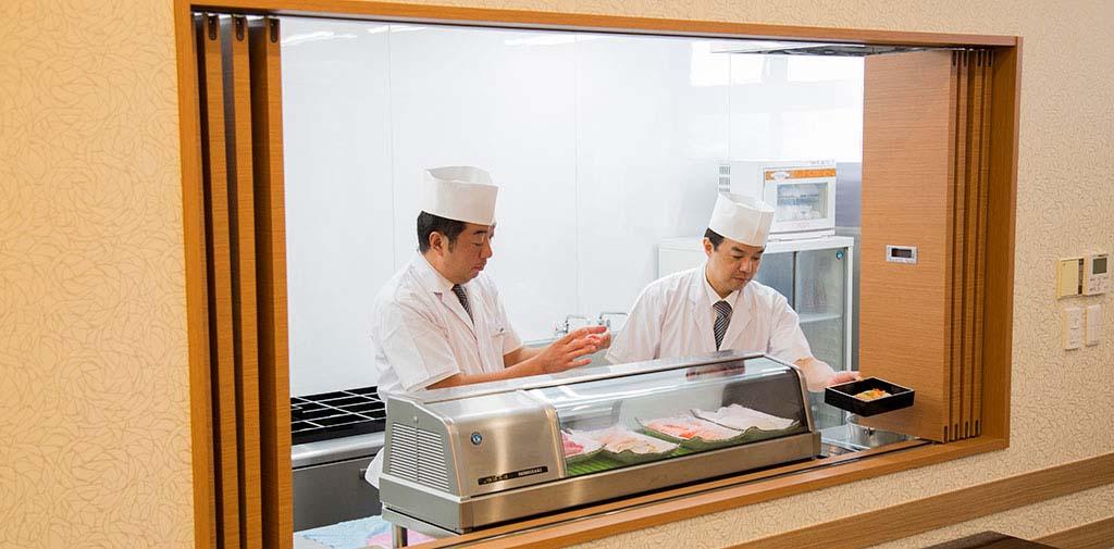 お客様の面前で握るお寿司が好評です。