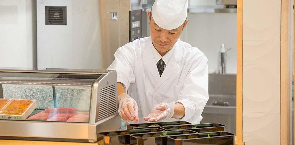 お寿司の実演調理は多くのお客様からお喜びいただいている人気のサービスです。<br />