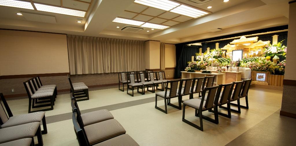 家族葬から一般葬まで対応の3階式場。