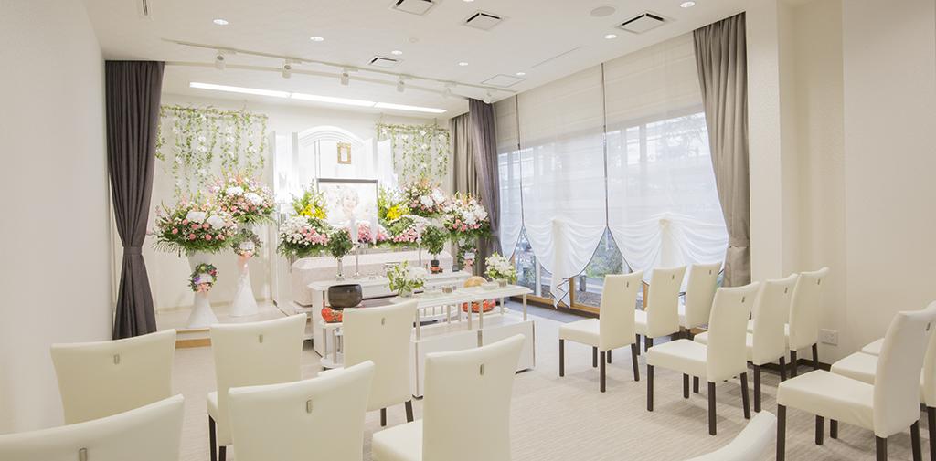 15名前後の小規模な家族葬に最適な明るい式場