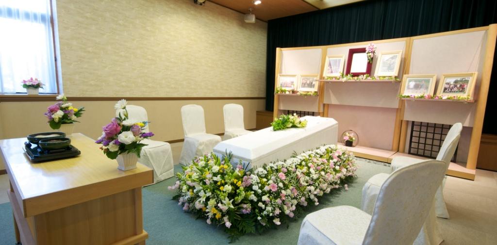 お好きなお花に囲まれて送るお別れ式もお任せください。