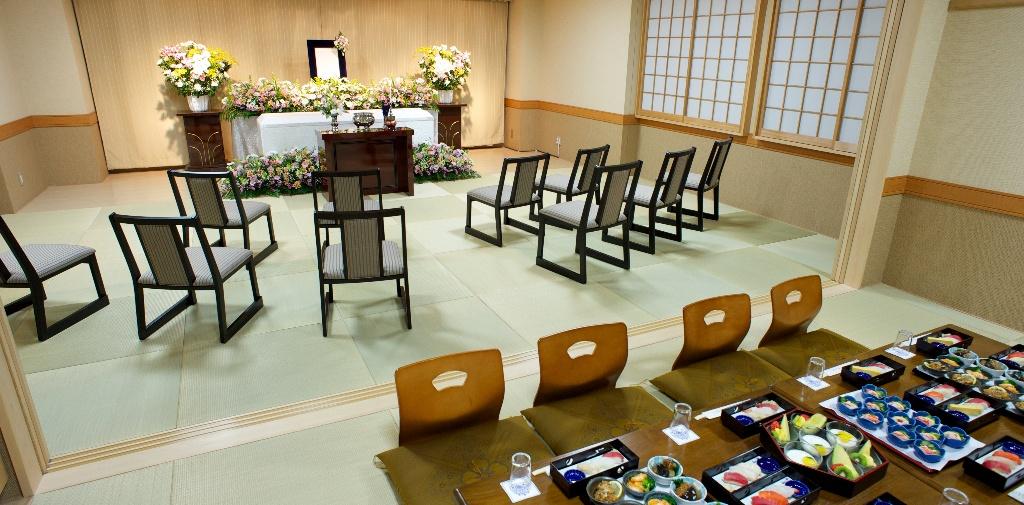 4階の家族葬式場は和風の落ち着いた雰囲気。