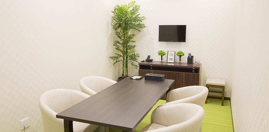 プライバシーに配慮した相談室、専門スタッフとTV電話相談も可能です。