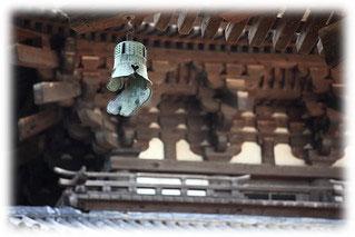 今から約2000年前、中国が「唐」の時代、「占風鐸(せんふうたく)」と呼ばれる占いで使用される道具として扱われていました。「風の向き」や「音の鳴り方」で物事の吉凶を占っていたそうです。